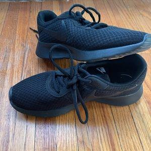 Black Nike women's tanjun size 8